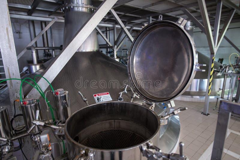 Stahlkapazitäten mit Bier-Nadelbaum lizenzfreies stockfoto