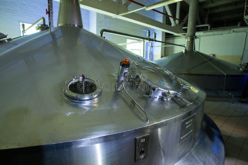 Stahlkapazitäten mit Bier-Nadelbaum stockbild