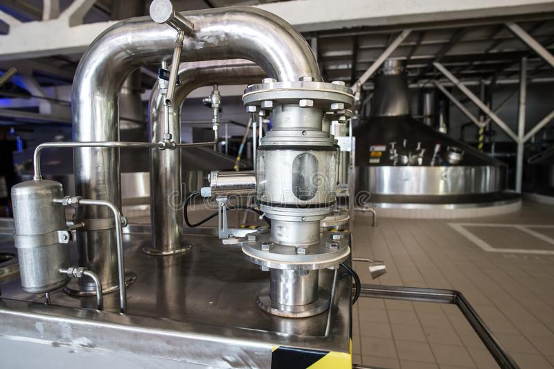 Stahlkapazitäten mit Bier-Nadelbaum stockfotos