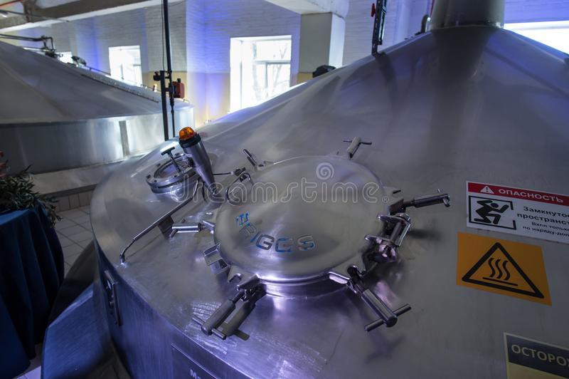 Stahlkapazitäten mit Bier-Nadelbaum stockfoto