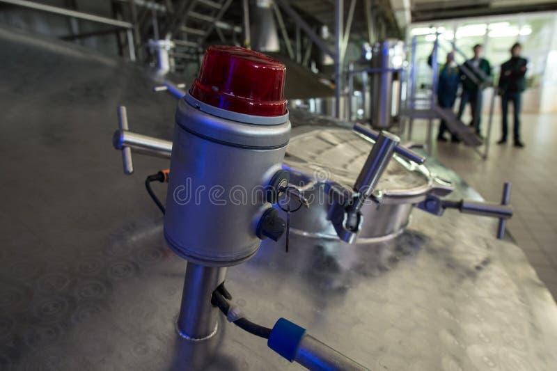 Stahlkapazitäten mit Bier-Nadelbaum lizenzfreie stockfotografie