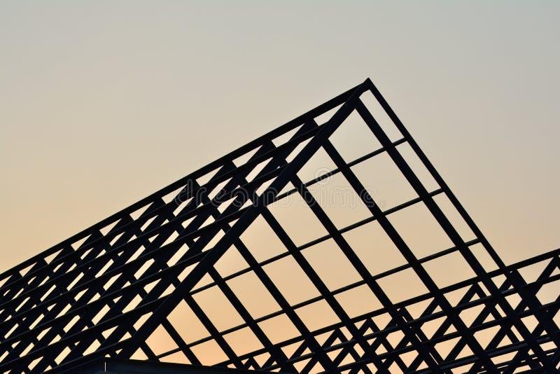Stahlkonstruktion des Schattenbildhauptdachs stockbilder