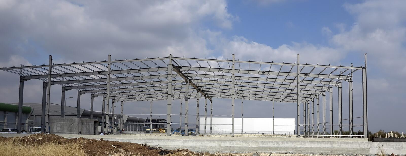 Stahlkonstruktionen des Industriegebäudes lizenzfreie stockbilder