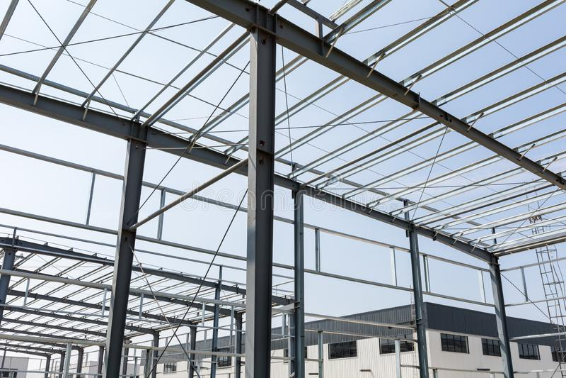 Stahlkonstruktionsfabrik, die im Bau errichtet stockfoto