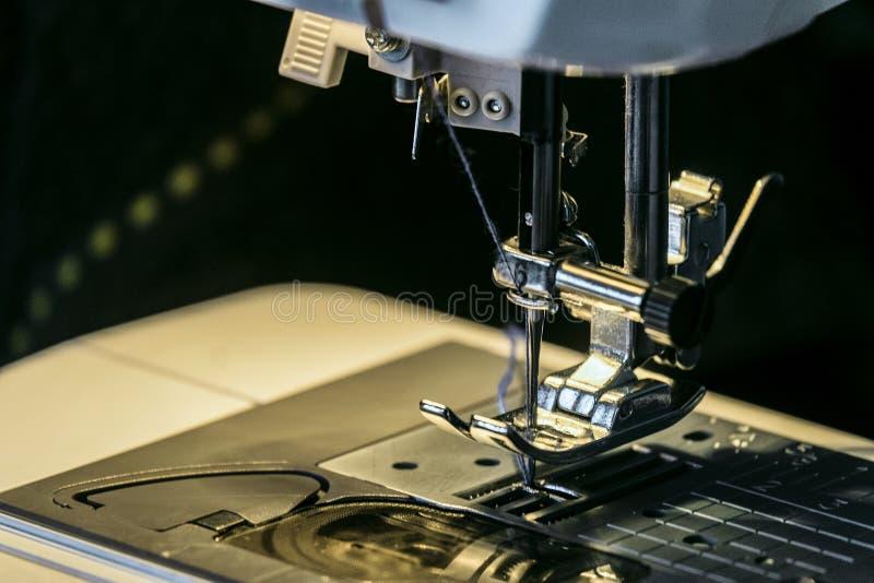 Stahlnadel mit Looper- und presserfuß der Nähmaschinenahaufnahme lizenzfreies stockfoto