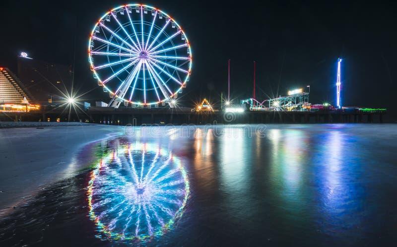 Stahlpier mit Reflexion nachts, Atlantic City, New-Jersey, USA lizenzfreie stockfotografie