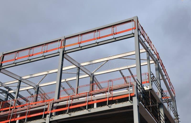 Stahlrahmengebäude im Bau mit orange Führungsschiene stockbilder