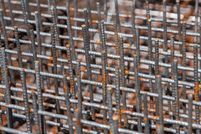 Stahlrebar für Verstärkungsbeton für das Gießen des Betonsockels des Gebäudes stockfotos