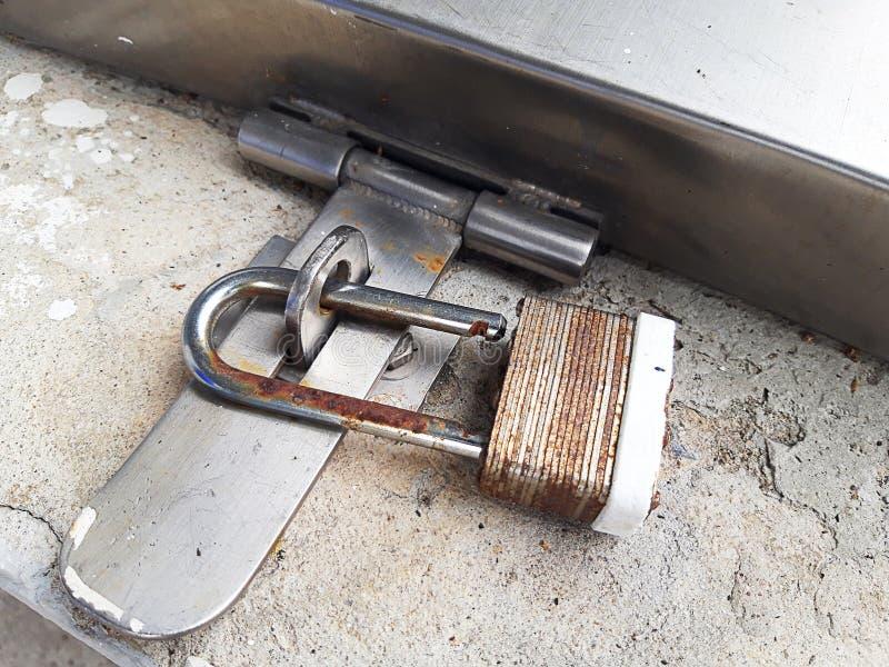 Stahlriegel ist zu entriegeln stockbild