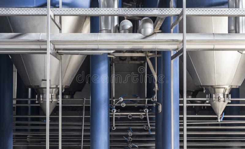 Stahlrohre und Filtrationsbottiche an der Brauereiproduktions-Bierfabrik, industrieller Hintergrund stockbilder