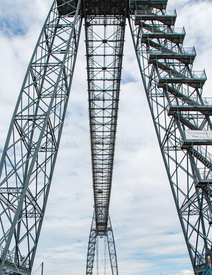 Stahlsenkrechten für Brücke stockfotos