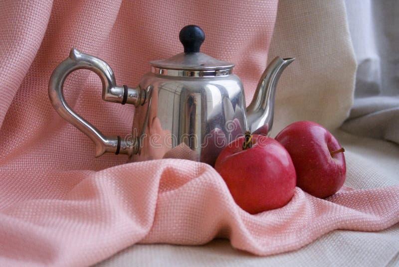 Stahlteekanne und zwei appels lizenzfreies stockfoto