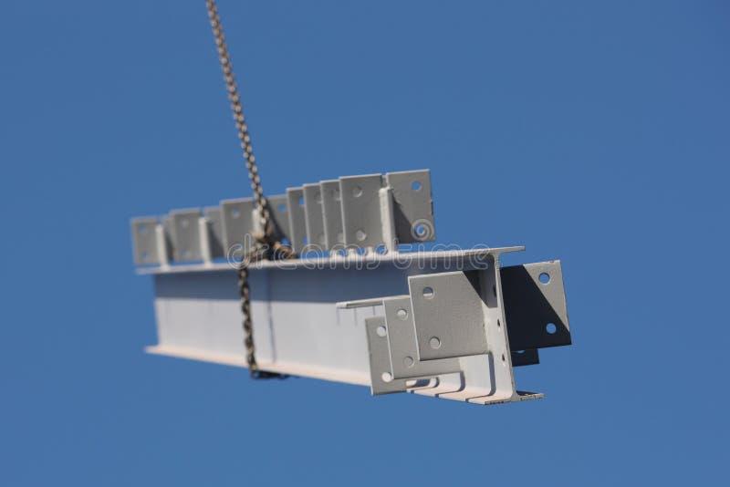 Stahlträger, der vom Kran schwingt lizenzfreie stockfotografie