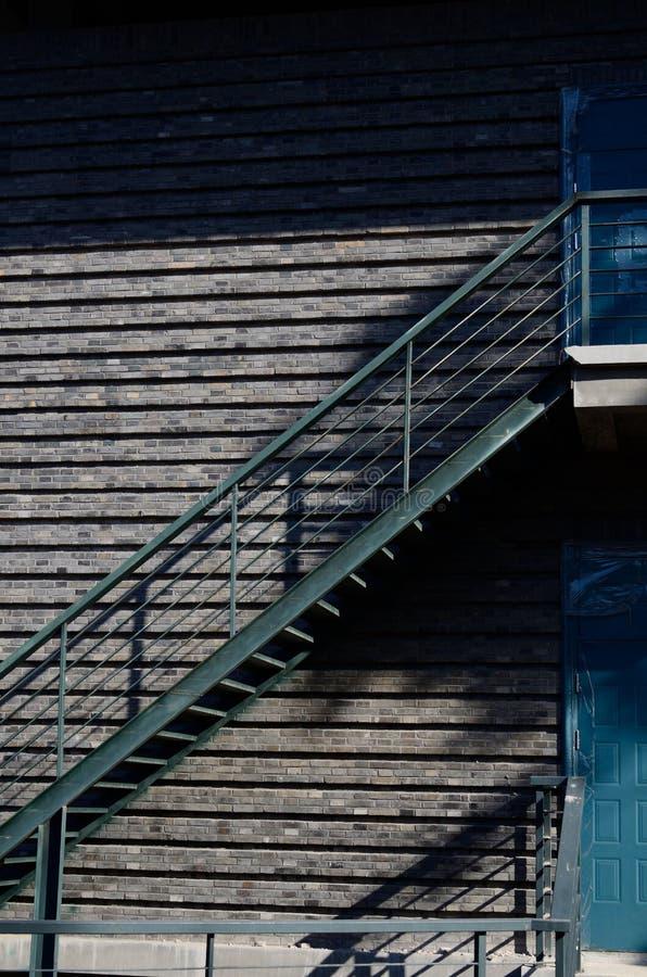 Stahltreppe nahe einer Tür lizenzfreie stockfotos