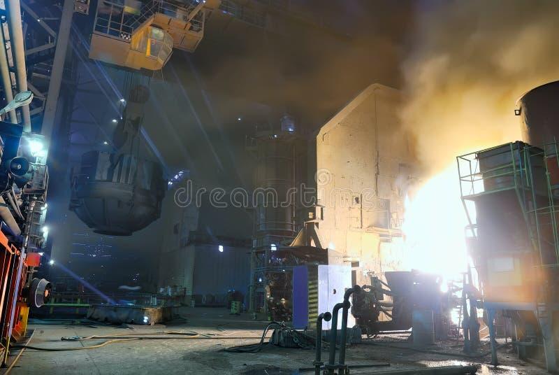 Stahlwerk, Aufladung eines Ofens lizenzfreie stockfotografie
