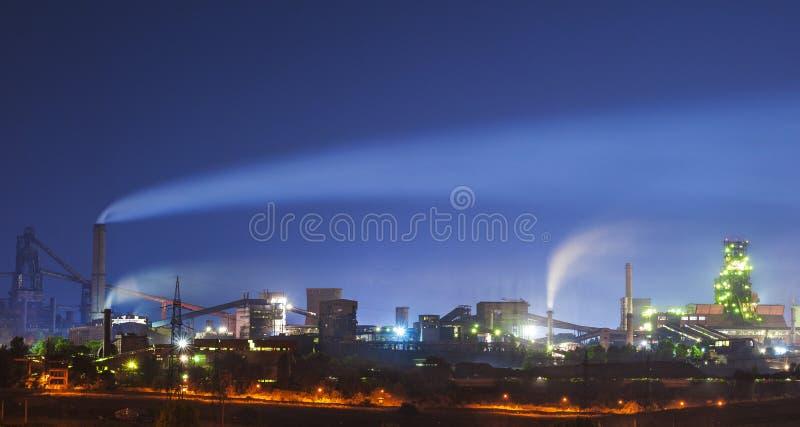 Stahlwerk nachts stockbilder