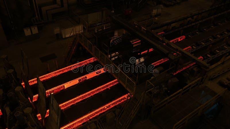 Stahlwerkanlage Metallrohrfertigungsstraße an der Metallfabrik Heiße Stahlrohrfertigungsstraße metallurgie Gerolltes Metall lizenzfreie stockfotos