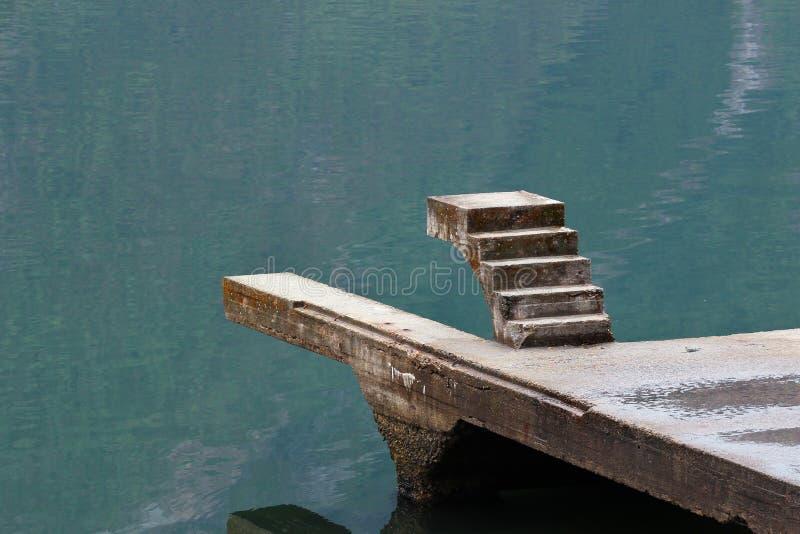Staicase inacabado sobre a água imagem de stock