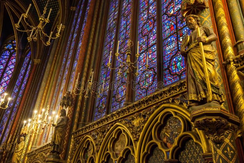 Stained-glass en status in sainte-Chapelle, Parijs, Frankrijk stock afbeeldingen