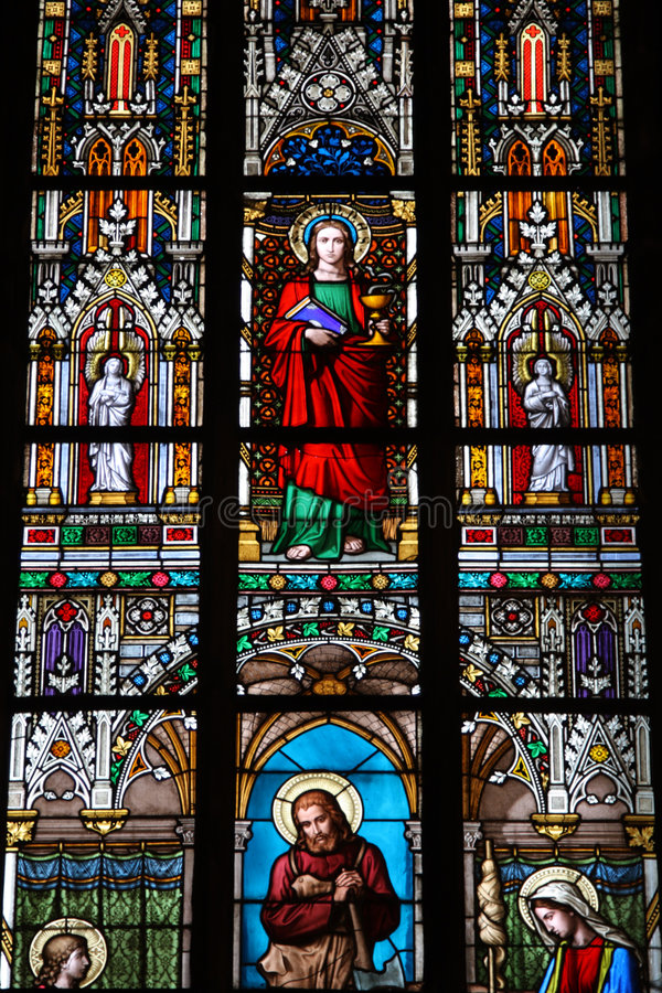 Stained-glassfenster in der St.Vitus Kathedrale lizenzfreie stockbilder