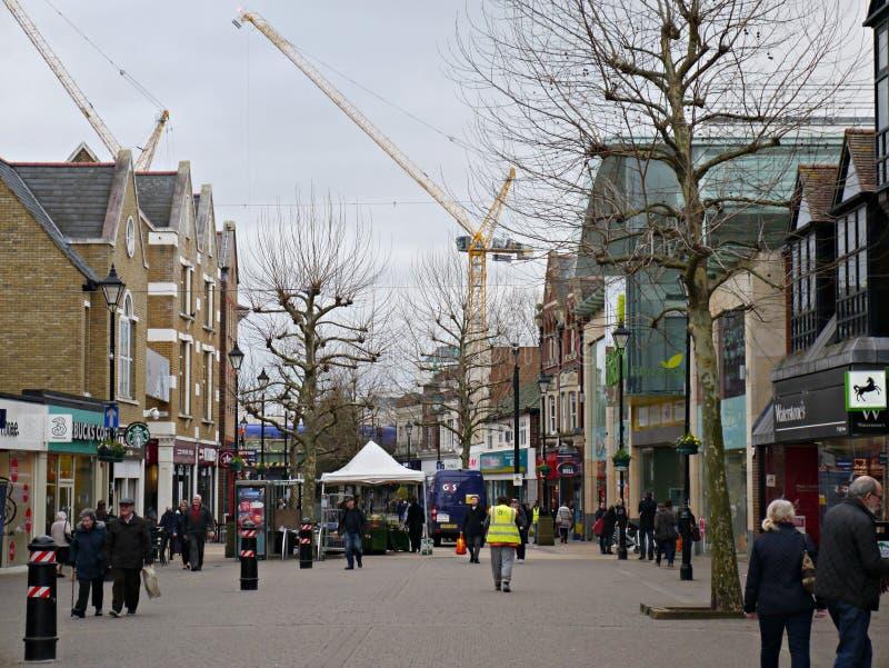 Staines на главной улице Темзы с 2 кранами в изображении стоковая фотография rf