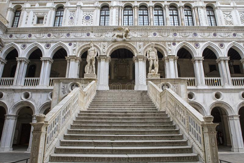 Staircase giganti al Doges Palace fotografie stock