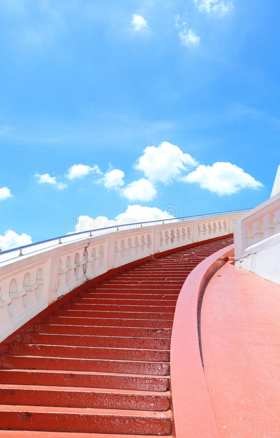 Stairway к предпосылке u голубого неба стоковое фото rf