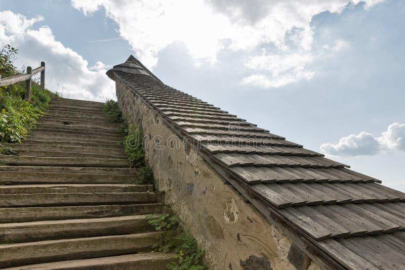 Stairway antigo ao céu foto de stock