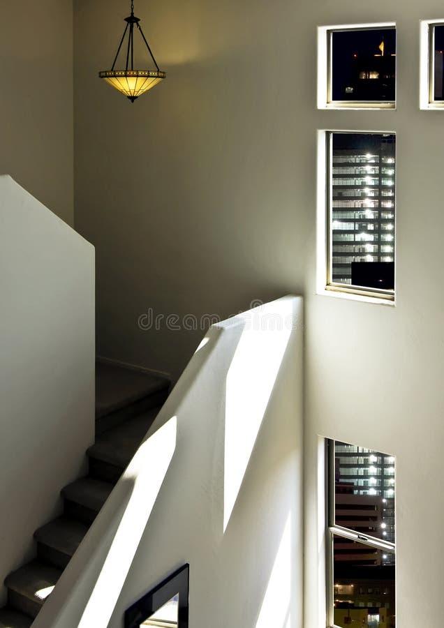 Stairway luxuoso da parte alta da cidade da HOME do sotão fotos de stock
