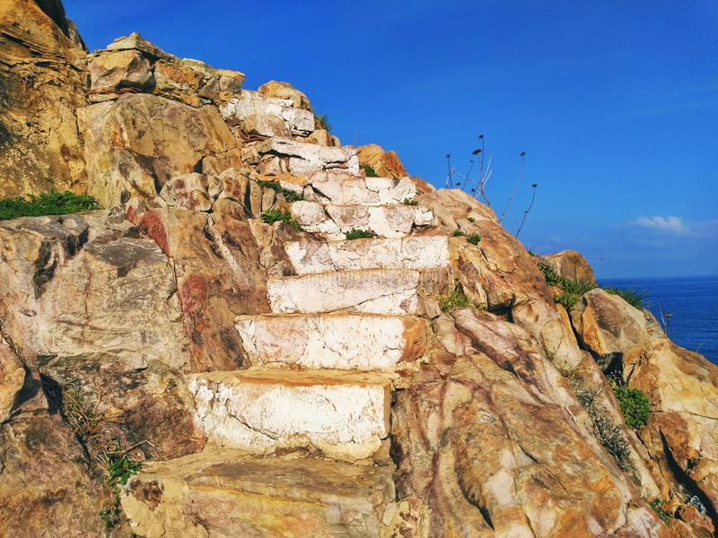 Stairway in the rocks. ، Un escalier de rochers dans la mer stock photography