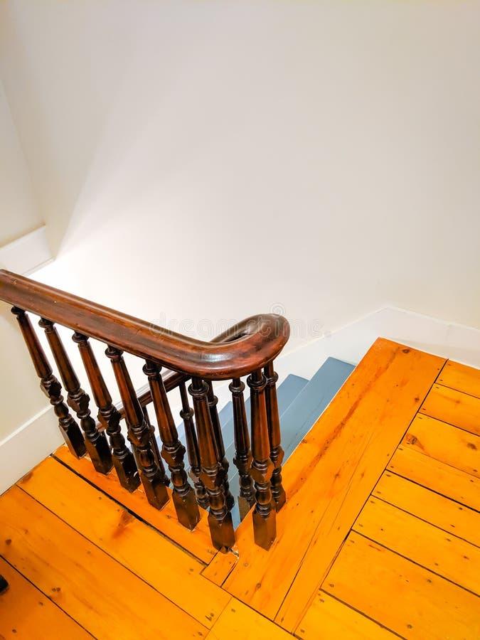 Stairwell com Banister Escuro de Madeira na antiga Farmhouse foto de stock royalty free