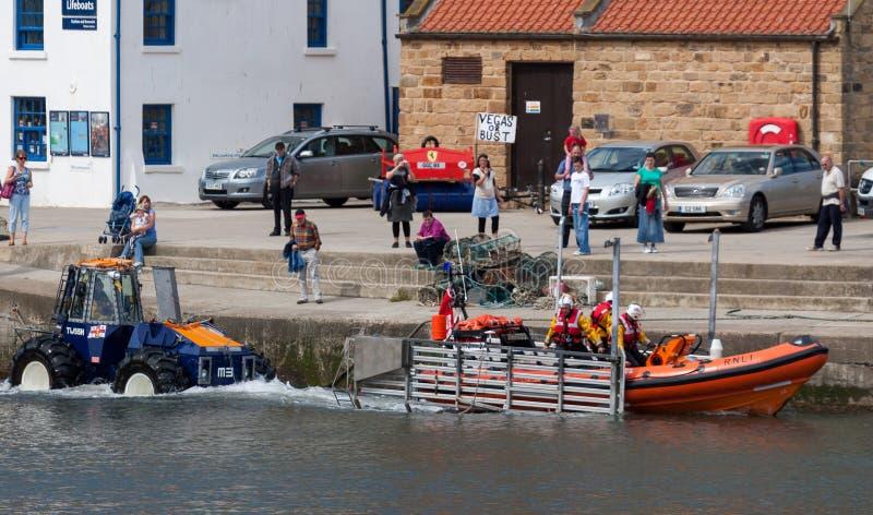 STAITHES, YORKSHIRE/UK DEL NORD - 21 AGOSTO: Lancio del lifeboa immagine stock libera da diritti