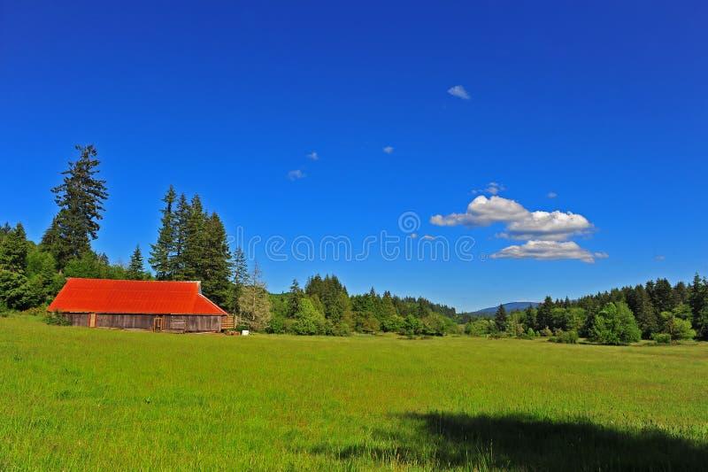 stajni jaskrawy łąkowy stary czerwieni dach fotografia royalty free