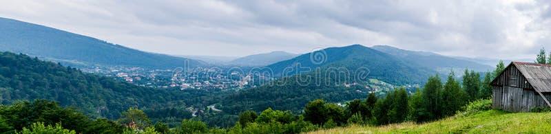 Stajnia na wzgórzu nad dolina fotografia stock