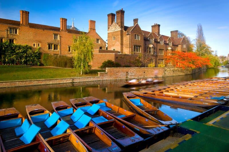 Stakbåtar på flodkammen i Cambridge, England arkivbild