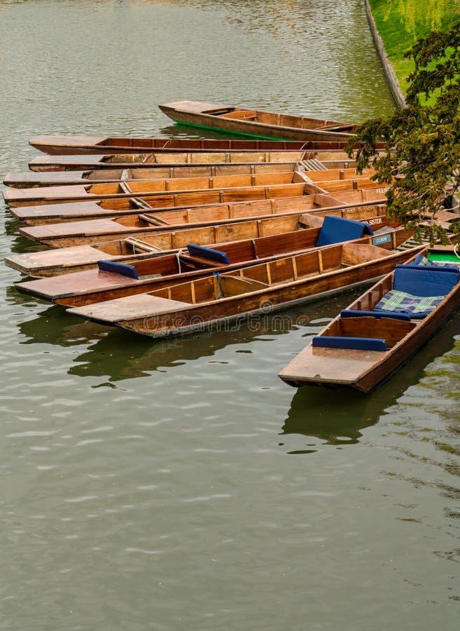 Stakbåtar som förtöjas på banken av flodkammen, Cambridge, England arkivfoto