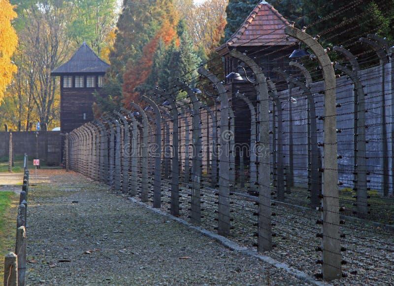 Staket av taggtråden i koncentrationsläger Auschwitz I arkivbild