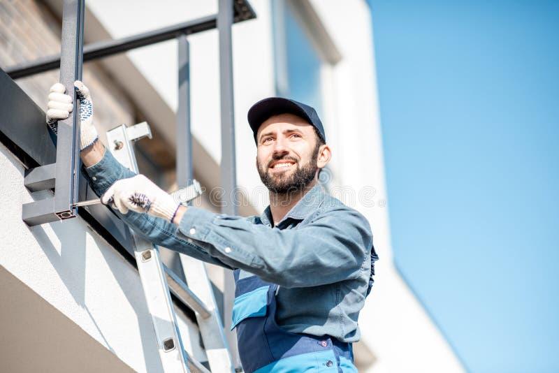 Staket för byggmästarebeslagbalkong arkivfoto