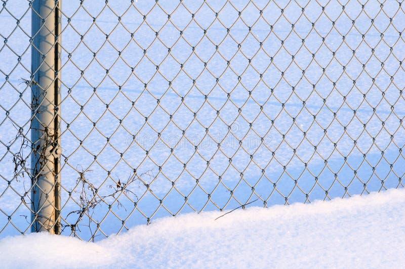 Staket för Chain sammanlänkning i snö royaltyfri foto