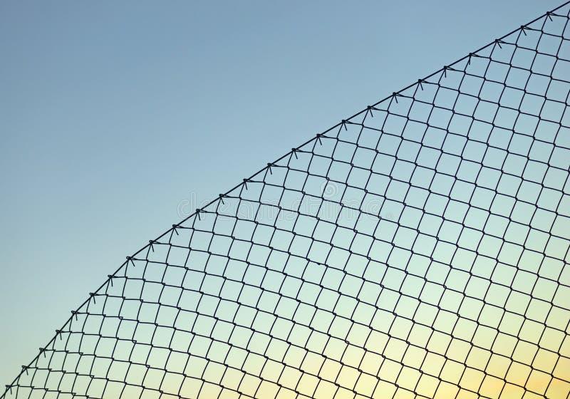 Staket för Chain sammanlänkning på blå himmel arkivbild