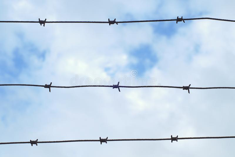 Staket försedd med en hulling gräns för arrest för skydd för säkerhet för metall för fängelsetaggtrådförsvar militär royaltyfri foto
