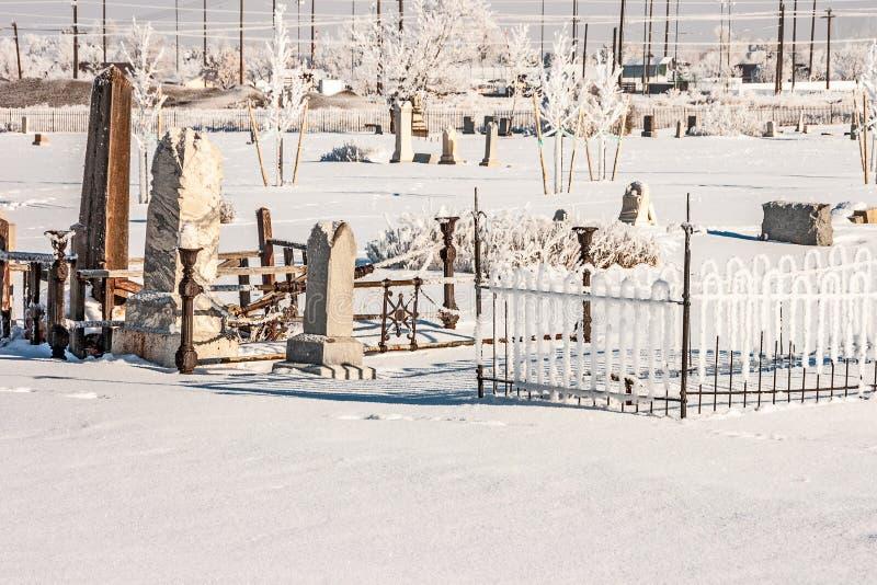 Staket, gravstenar och rimfrost arkivfoto