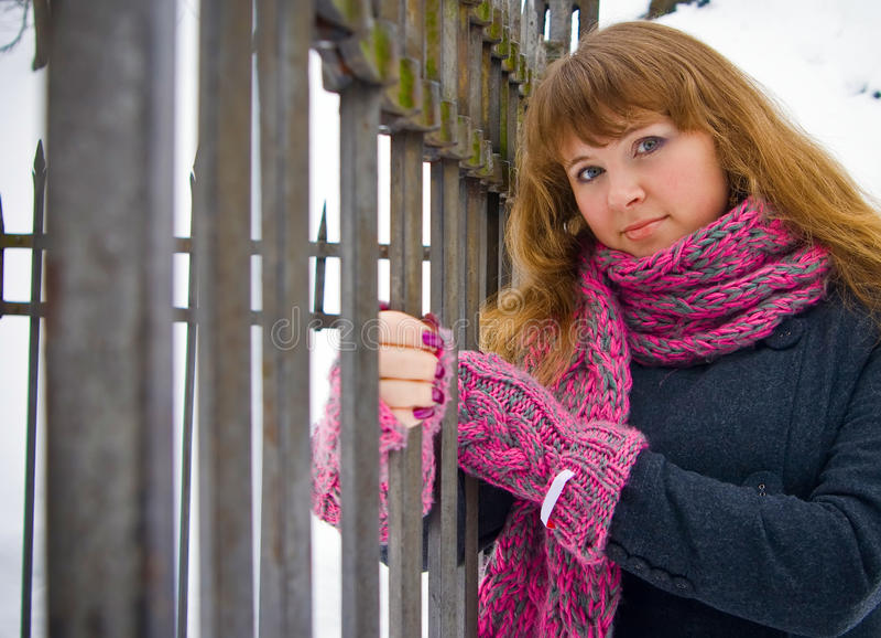 staket nära kvinna arkivfoton