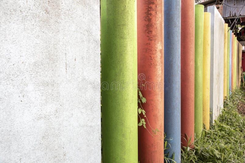 Staket som använder rund betong med fyrkantiga konkreta stilar och målar många färger royaltyfri fotografi