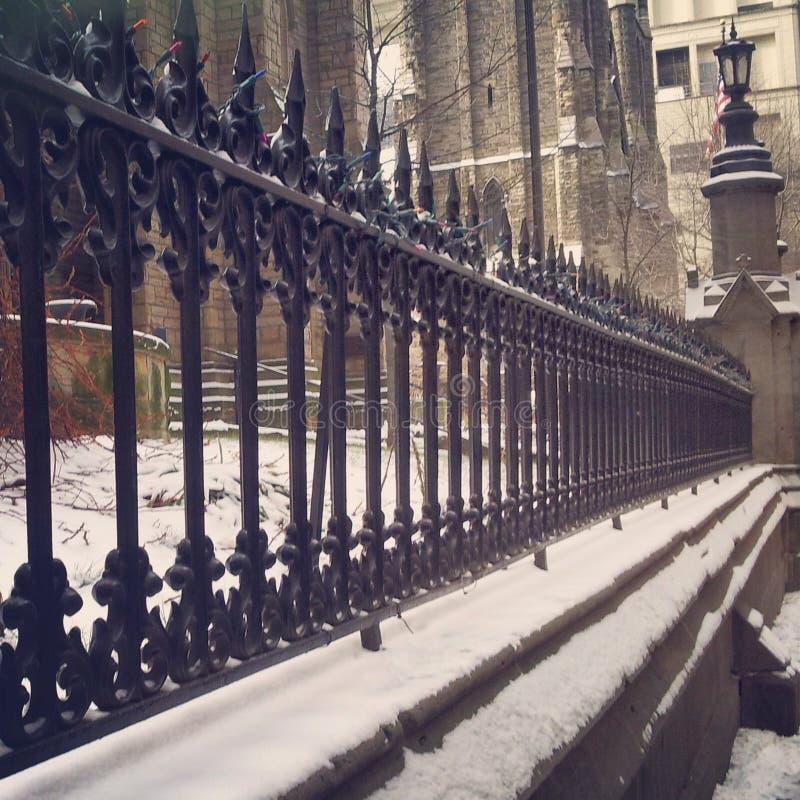 Staketet utanför domkyrkan i i stadens centrum pittsburgh på en snöig dag royaltyfri fotografi
