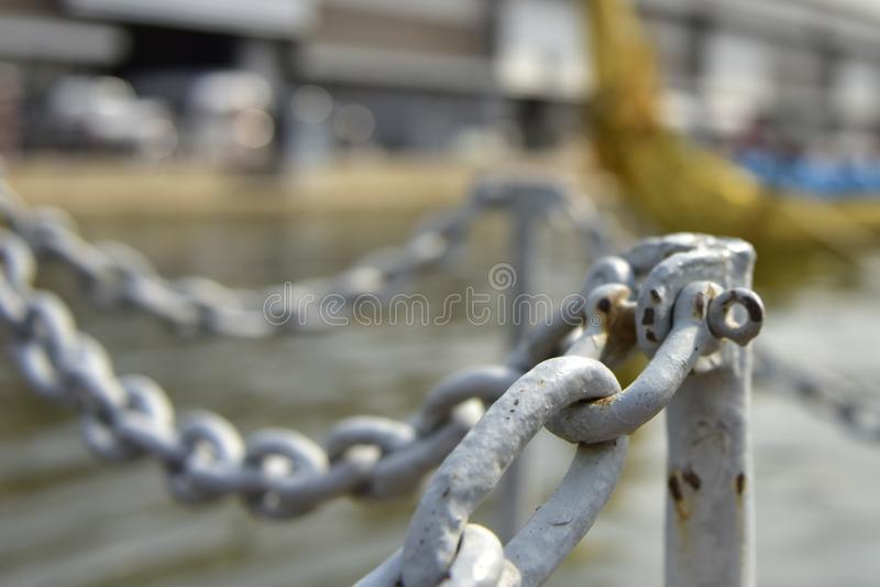 Stal łańcuch jest bariery ogrodzeniem dla bezpieczeństwa zdjęcia royalty free