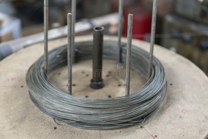 Stal Nierdzewna drutu rolki w budowie Zbliżenie metalu Stalowy zbrojony prącie dla betonu w sklepie pojęcie budowa dotyka złota d obrazy stock