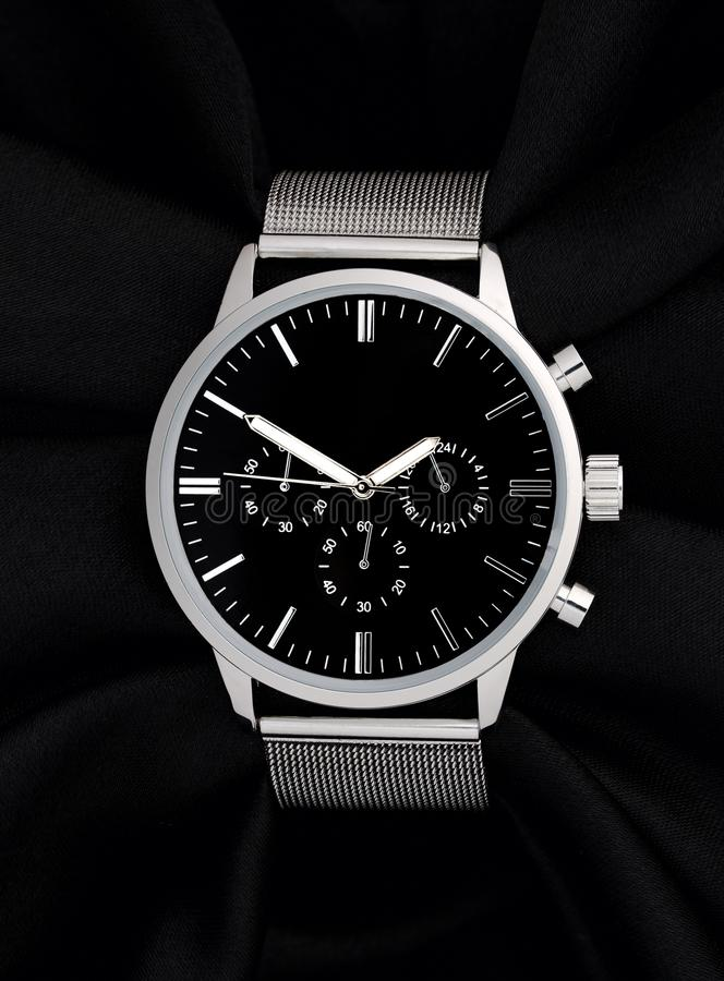 Stal nierdzewna zegarek z czarną twarzą na czarnym tle zdjęcie royalty free