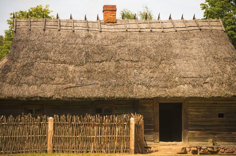 Stal voor landbouwbedrijfdieren typisch voor de 19de eeuw Litouws dorp stock fotografie