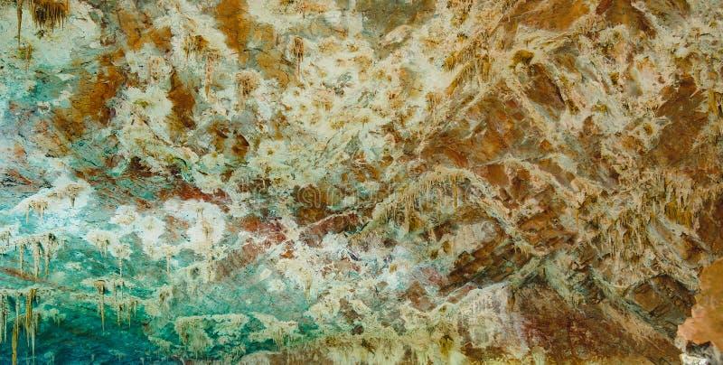 Stalactieten en rotsvormingen op het plafond van de grot t royalty-vrije stock afbeeldingen
